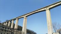 横跨天空的铁路高架桥