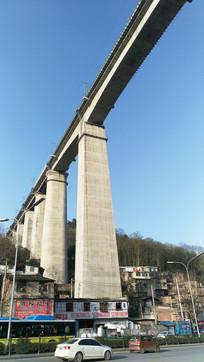 蓝天下横跨公路上的铁路高架桥