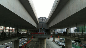 立交桥夹层的BRT公交车站