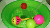 水中的儿童玩具彩球