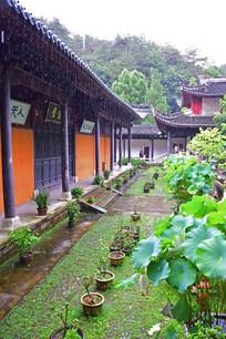 雨中的国清寺建筑
