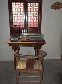 窗前的老式太师椅
