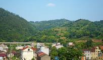 近处的村庄和远山