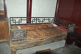 老旧的床榻图片素材