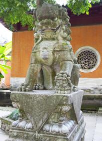 老旧的石狮子雕塑