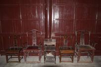老式茶几和高背椅