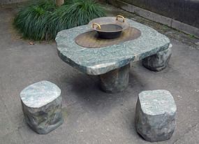 老宅院里的石桌凳