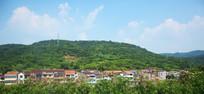 山脚下的村庄远景