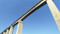 仰望蓝天下的铁路桥