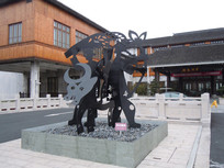 月河客栈中的雕塑