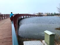 迪士尼小镇红色木桥