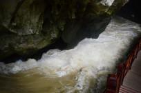 洞穴里的奔腾河水