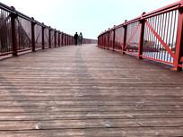 两个人的木板桥