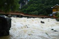 桥下河水溅起白色的浪花
