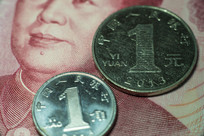 人民币百元和硬币微距特写