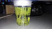 透明杯子里的茶叶