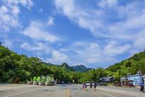 千山正门山峰与蓝天白云