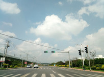 晴空下畅通的城市公路