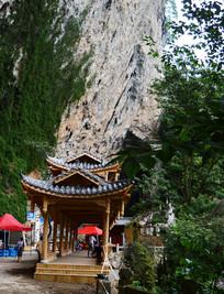 悬崖峭壁下的凉亭
