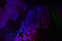 蓝色紫色的石钟乳