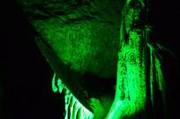 溶洞里的绿色的光照效果