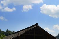 蓝天白云下的侗族木楼瓦片