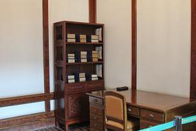 伪皇宫的书桌书架