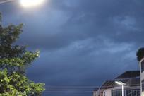 傍晚下雨天空的路灯