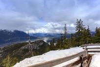 观景台积雪山脉云雾