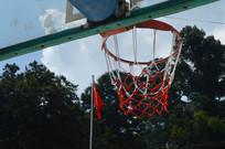 国旗与篮球架特写