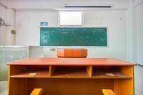 惠州学院教室讲台和黑板
