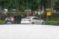 暴雨天的汽车车顶