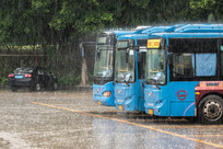 暴雨之中的公共汽车