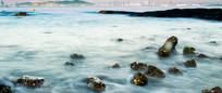清晨的海边礁石