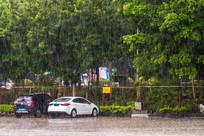 下雨天的露天停车场
