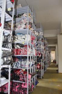 一排排衣服货架