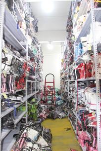 杂乱的衣服货架