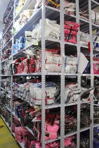 整齐的衣服货架