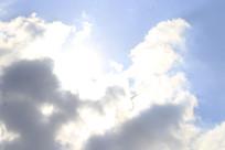 白云中透露出来阳光