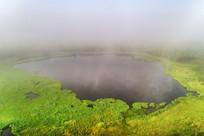 晨雾中的森林湖 (航拍)