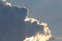 阳光背景出来的云