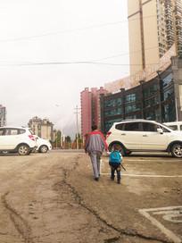 长辈带小孩上学的场景