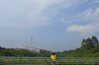 蓝天下的桥和女孩