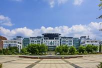 辽宁科技大学二号教学楼与广场