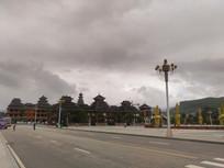 天空下气势恢宏的侗族建筑
