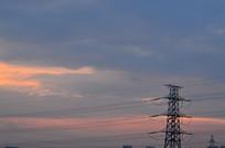 晚霞中的电线铁塔
