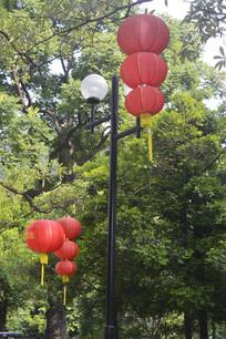 悬挂的大红灯笼
