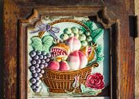 柜门上的瓷画水果篮