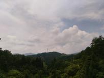 蓝天下的山坡
