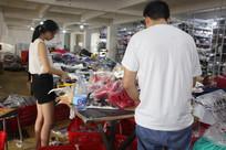 工人正在打包衣服